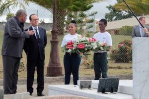 Crédit : JEAN-RICHARD ALAIN / AFP François Hollande sur la tombe d'Aimé Césaire, le 9 mai 2015.