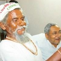 Dashrath Manjhi a passé 22 ans de sa vie à creuser la montagne, par amour
