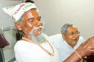 Dashrath Manjhi avec le ministre en chef de Bihar Nitish Kumar à Patna avant sa mort en 2007 ans 73. Il a été reconnu par des funérailles d'Etat du Bihar. Photo - Sonu Kishan.