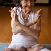 Cette professeure de Yoga a 96 ans