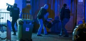 Paris (XIe), vendredi soir. Alors que la prise d'otages a toujours cours à l'intérieur du Bataclan, la police commence à évacuer des blessés. (Divergence/Laurent Troude.)