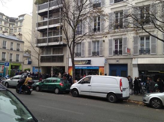File d'attente devant le cendre rue Crozatier dans le 12 eme à Paris
