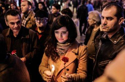 A Istanbul, des dizaines de personnes se sont rassemblées devant le Consulat français en hommage aux victimes des attentats. (photo: AFP)