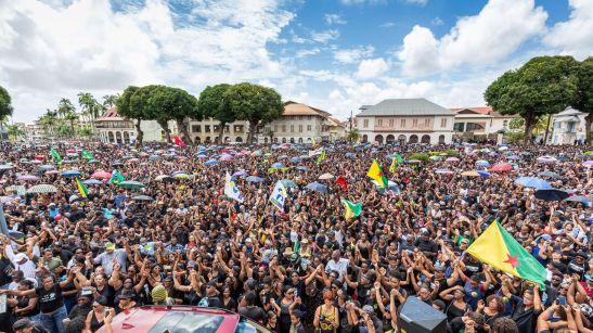 des-milliers-de-manifestants-participent-a-une-marche-a-cayenne-en-guyane-le-28-mars-2017_5852299